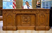 Barack_Obama_sitting_at_the_Resolute_desk_2009.jpg